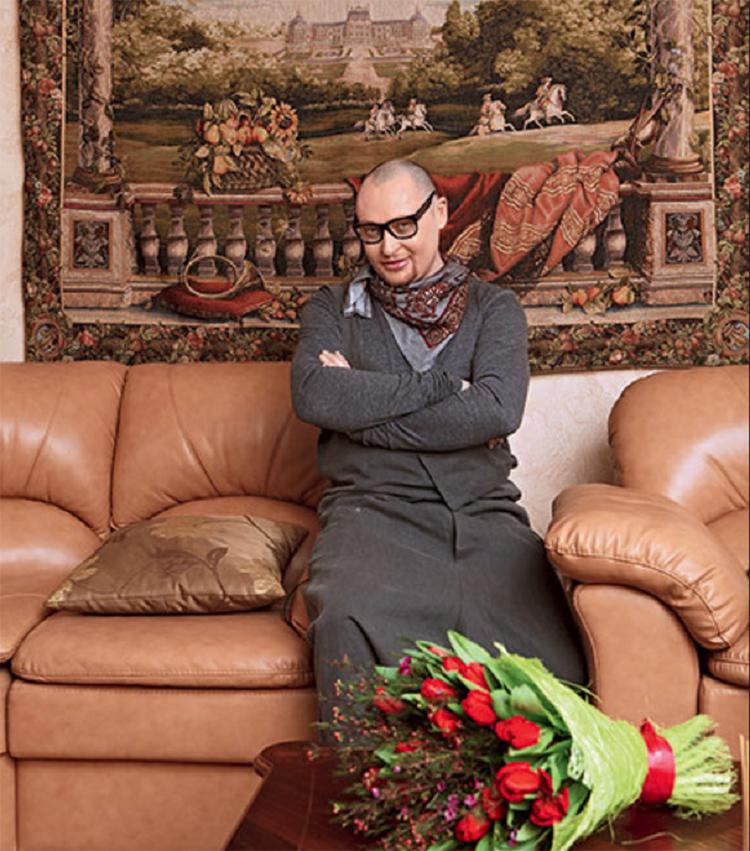 Настенное панно в стиле французского рыцарского романтизма идеально вписалось в классический интерьер гостинойФОТО: nedvijdom.ru
