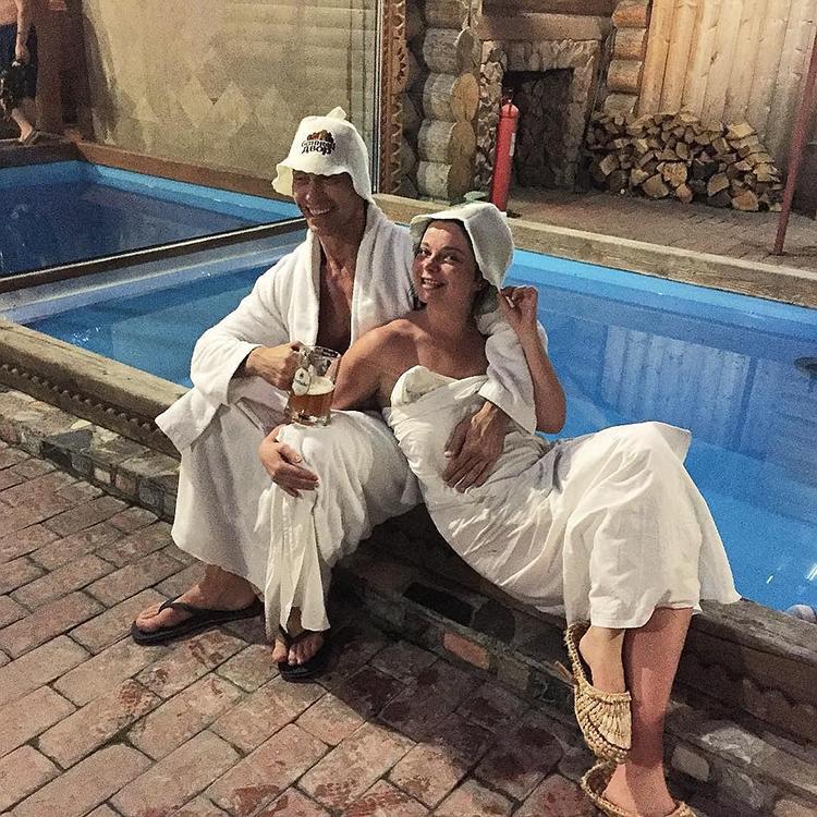 Во дворе дома обустроен открытый бассейн, в который Наташа и Сергей любят окунаться после парилки даже в зимнее время годаФОТО: domzamkad.ru