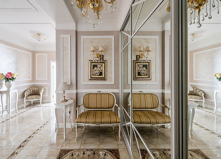 Просторный холл визуально увеличивают зеркальные двери встроенного шкафа и глянцевое покрытие полаФОТО: houses.ru