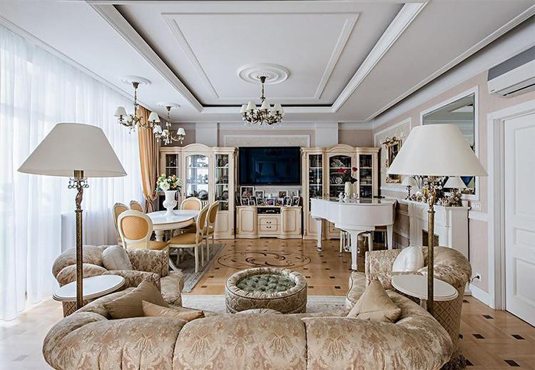 Оконный проём в гостиной полностью задрапирован белоснежным тюлемФОТО: kvartiravmoskve.ru