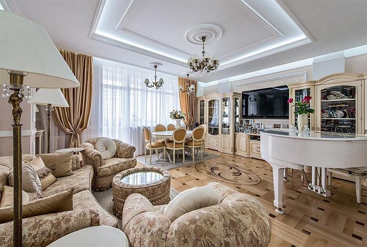 Особого внимания в гостиной заслуживает журнальный столик со стеклянной столешницей, выполненный по аналогии с мягким пуфом ФОТО: kvartiravmoskve.ru