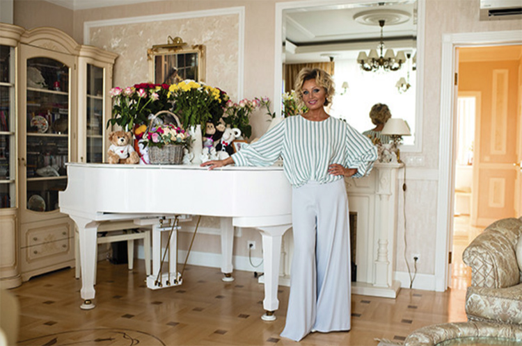 На белоснежном рояле всегда много живых цветовФОТО: starhit.ru
