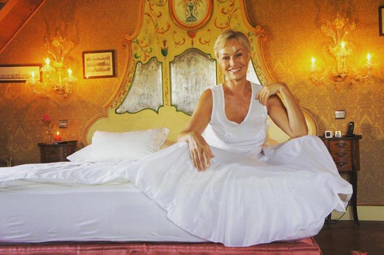 Изголовье роскошной кровати сделано из натурального дерева и расписано вручную местными художникамиФОТО: pozitiv.funnycucaracha.ru