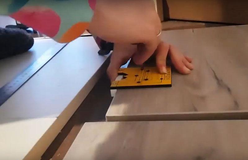 Ещё один необходимый инструмент для работы с мебелью – шаблон для внутренних и накладных петель. Стоит такое приспособление около 300 рублей и позволяет произвести точную разметку