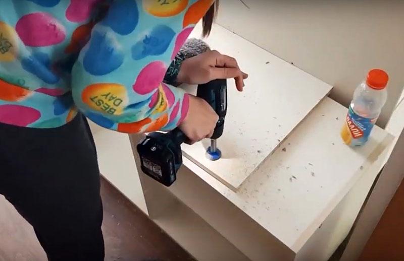 Ещё одно необходимое устройство, без которого не обойтись – сверло Форстнера. С его помощью можно сделать аккуратные углубления для посадки петель. Стоимость этого сверла – 400-600 рублей в зависимости от диаметра и фирмы-изготовителя