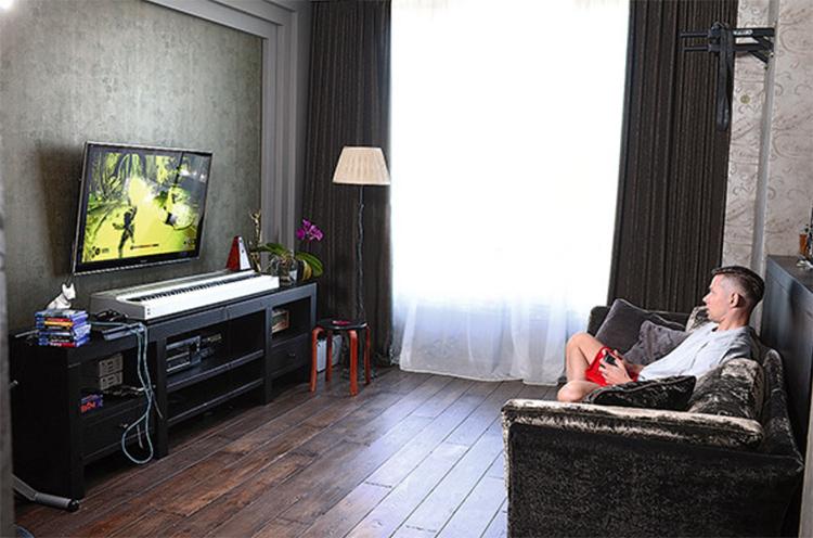 Белоснежный тюль немного смягчает и делает более комфортным мужской брутальный интерьер гостинойФОТО: dev.bimru.ru