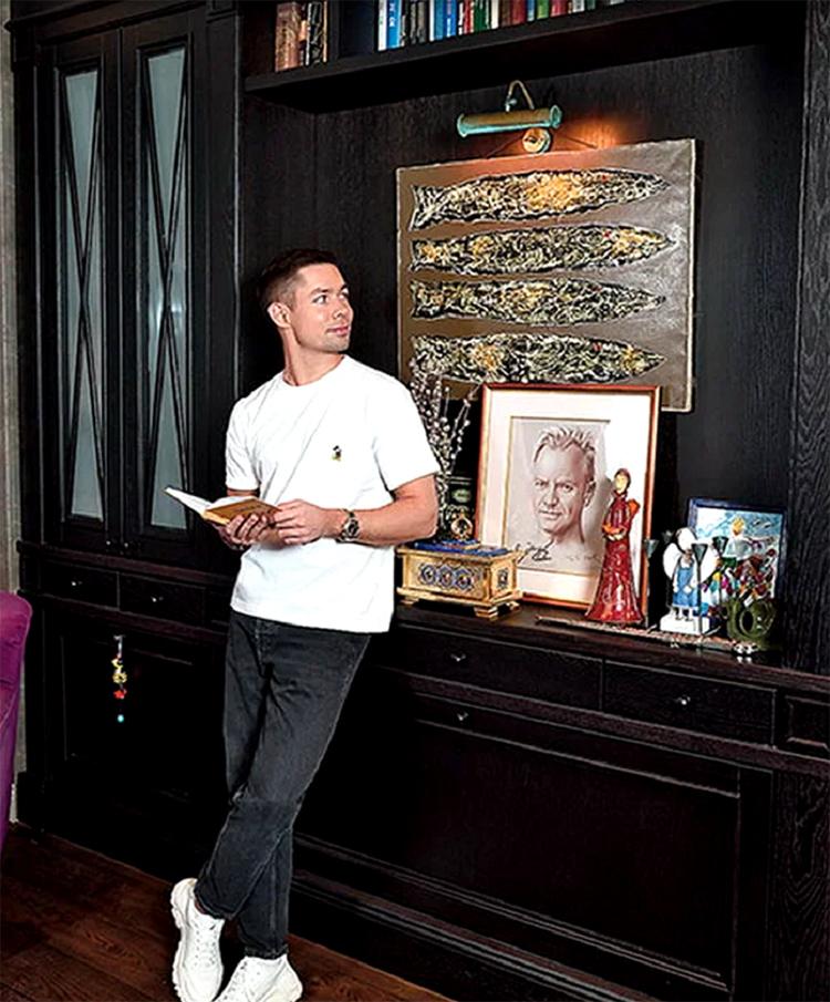 Стенку в гостиной украшает оригинальная картина ручной работы, выполненная из натурального дереваФОТО: nedvijdom.ru