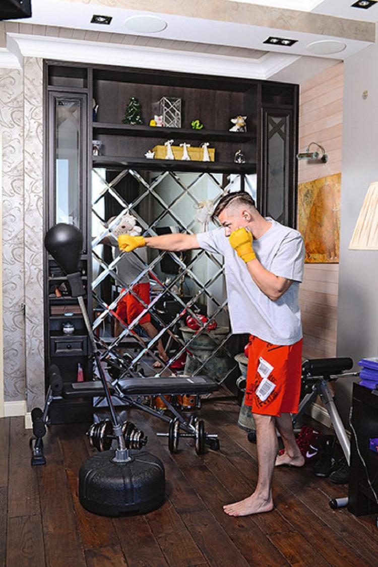 В последнее время Стас увлекается боксом, в гостиной он поставил компактную комнатную грушуФОТО: turbo-news.ru