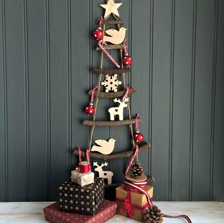 Ель может быть не совсем традиционной, но подарки под ней обязательно должны бытьФОТО: i.pinimg.com