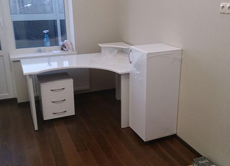 Угловой стол с мобильной тумбой и пеналомФОТО: womanadvice.ru