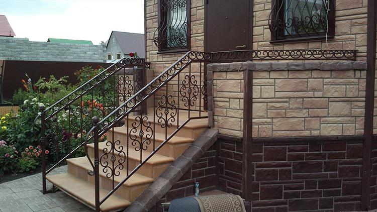 Кроме того, если вы задумали цоколь – то учтите, что вход в дом в этом случае будет с лестницы, а это приводит к определённым неудобствамФОТО: i.ytimg.com