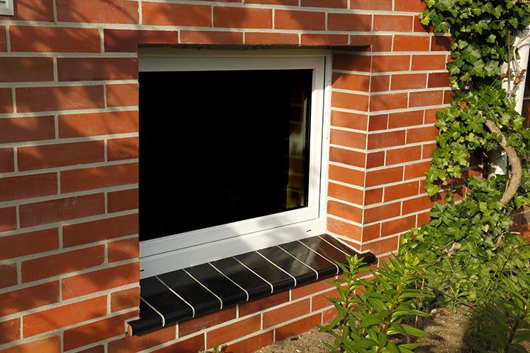 В цоколе могут устанавливаться окна даже в обычную для них высоту, а в подвале естественного освещения не бываетФОТО: golowczynski.pl