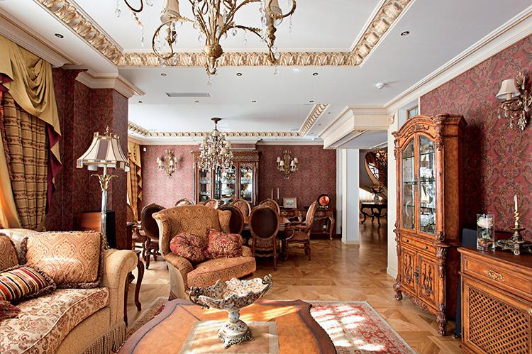 Даже в тёмных тонах классический дизайн гобеленового рисунка обоев зала как на фото выглядит очень благородно