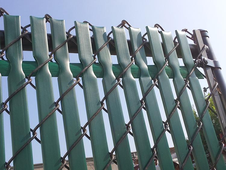Бюджетный материал для забора: зачем нужна фасадная сетка на даче