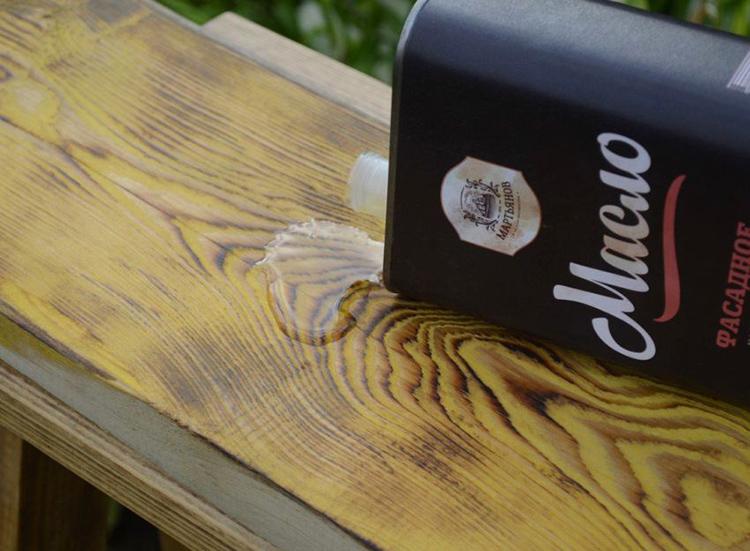 Отличительной чертой масляных растворов является также характерное потемнение древесины после соответствующей обработки
