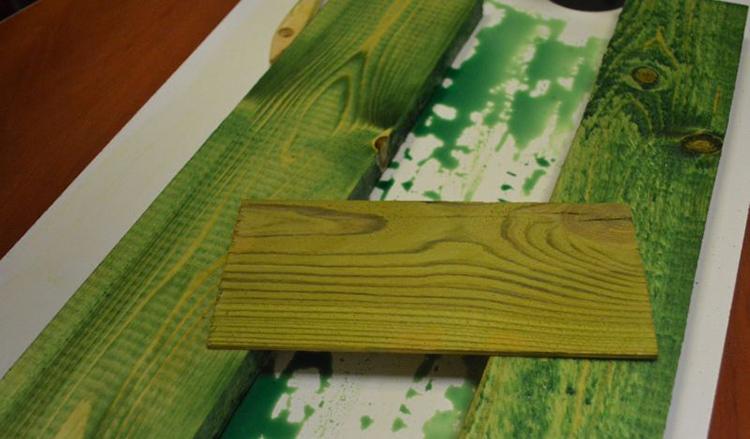 Органическая продукция придаёт дереву особый зеленоватый оттенок, в большинстве случаев ухудшая эстетичность конструкции