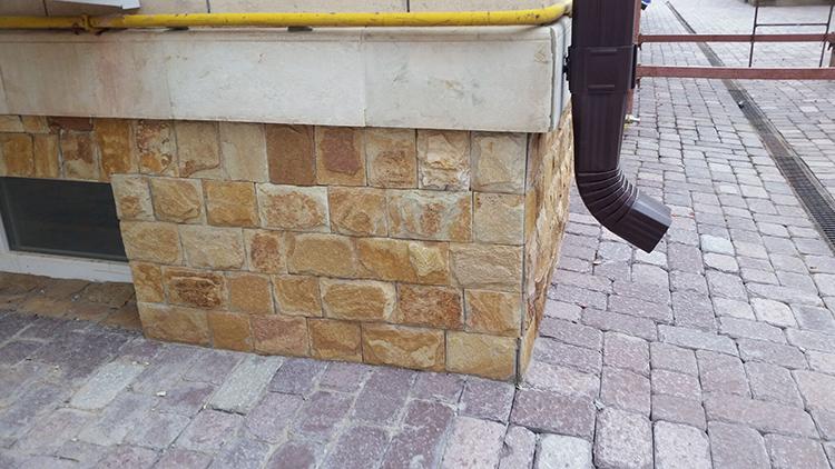 Западающую конструкцию можно продумать на стадии проектирования дома или пристроить её позже, как и в первом вариантеФОТО: mart-stone.ru