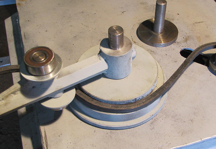 Благодаря простой конструкции устройства, для работы с «волной» подойдёт и пруток, и труба, и полоса