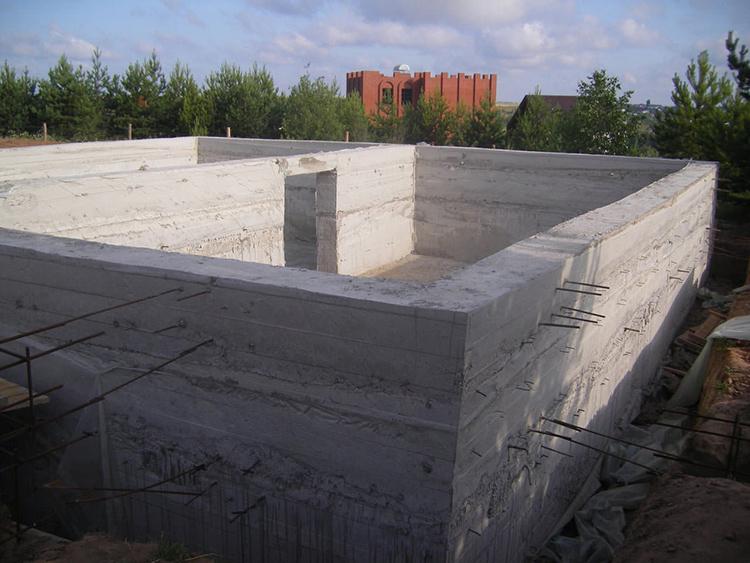 Бетон обычно заливают при монолитном строительстве, что позволяет избежать каких-либо стыков, которые могут подвести в процессе эксплуатации зданияФОТО: lestnitsygid.ru