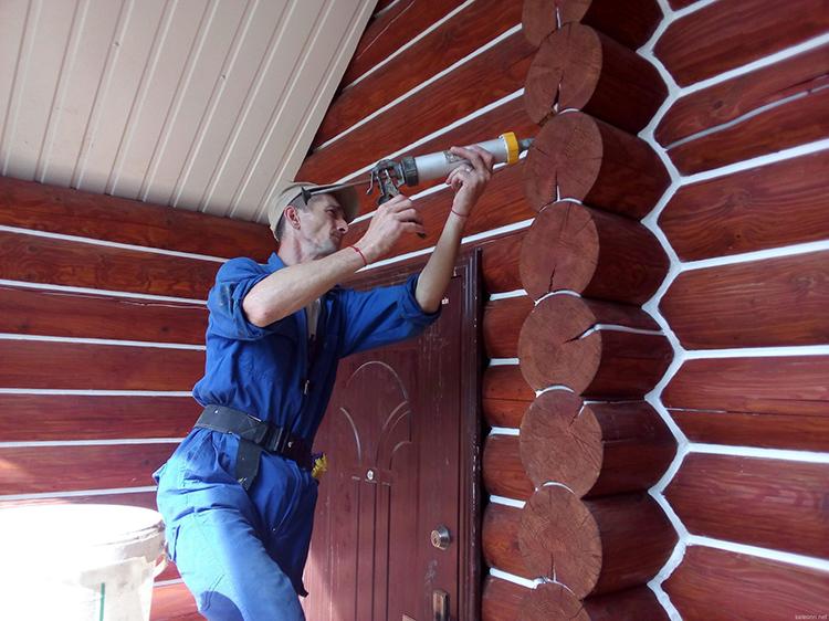 Для бревенчатых жилищ лучше использовать полиуретановую или силиконовую смесь, так как подобные строения подвержены регулярной деформации