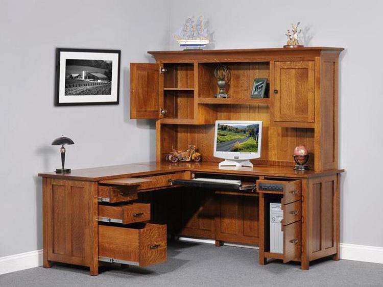 Капитальный письменный стол с надстройкой, сделанный из натурального дереваФОТО: dekoriko.ru