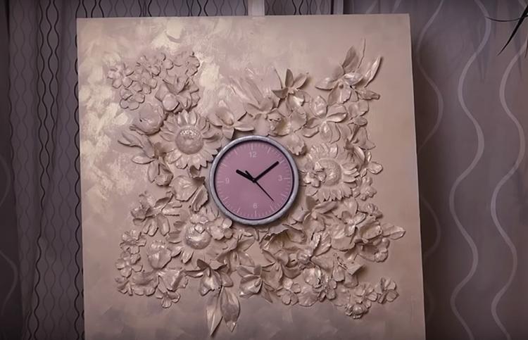 Вот такой невероятно красивый барельеф для оформления настенных часов получился у автора канала, и вы сможете сделать ничуть не хуже