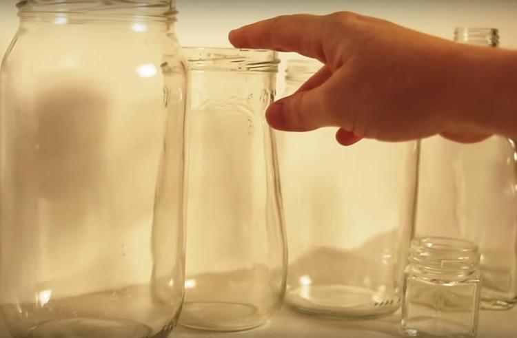 Для этого мастер-класса потребуется 4-5 банок и бутылок разной формы и размера. Чем разнообразнее варианты – тем интереснее получится результат