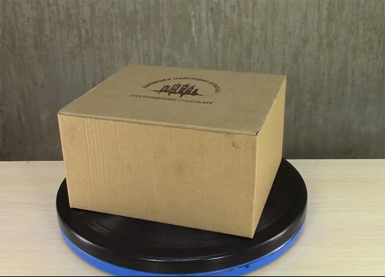 Подберите небольшую коробку подходящего размера для шкатулки. Чем плотнее будет на ней картон, тем лучше
