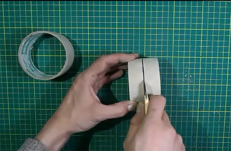 Для работы потребуются 2 втулки, одну оставляют целой, а вторую нужно разрезать пополам строительным ножом