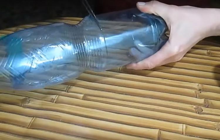 Для работы подойдёт бутылка, у которой есть ровная часть без рельефа и рисунка. Горлышко нужно отрезать вместе со всеми изгибами