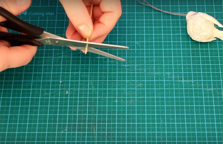 Последний штрих в сборке – клюв снегиря. Просто отрежьте кончик зубочистки и вставьте его в головку. Сначала пробейте отверстие острой иголкой, чтобы не деформировать форму, а потом вставляйте зубочистку, слегка смазав её клеем
