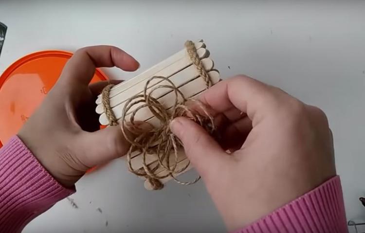 Декор крышки – объёмный цветок из петель джутовой верёвки