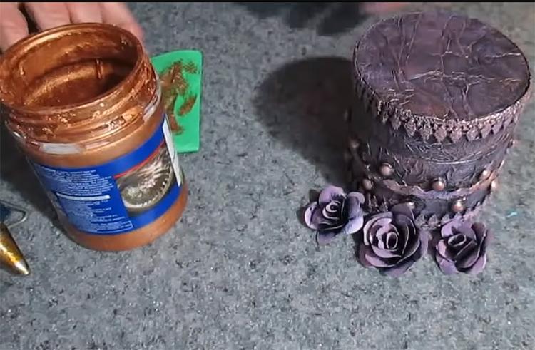 Второй оттенок – бронзовая или золотая краска, которую наносят сухой кистью