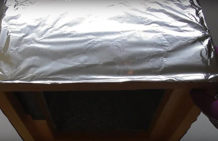 Снаружи холодильник можно обернуть обычной пищевой фольгой и закрепить её прозрачным скотчем. Всё это – для дополнительной теплоизоляции