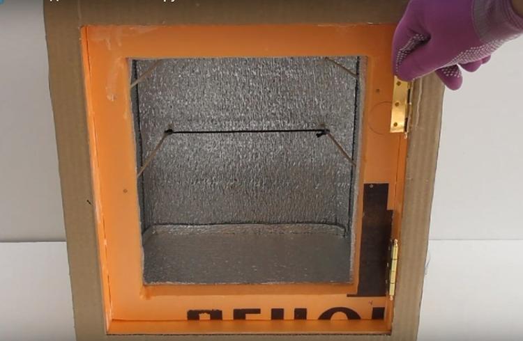 Чтобы дверь удобно закрывалась и открывалась, её следует посадить на обычные петли. Они крепятся к пеноплексу небольшими саморезами