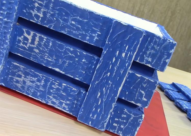После такой обработки полосы на шкатулке станут очень похожи на неструганные доски