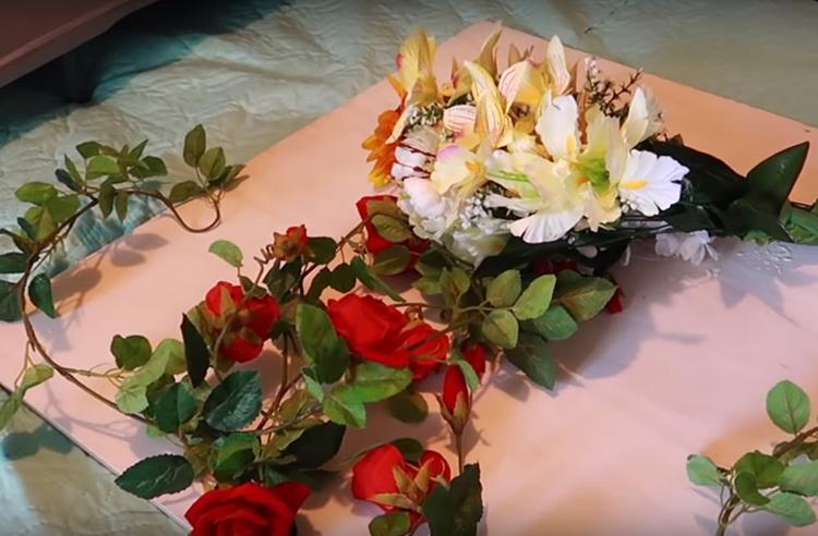 Для создания композиции вам потребуются искусственные цветы. Лучше всего, конечно, использовать старый букет, который уже потерял свою привлекательность, выгорев на солнце. Но если у вас такого нет – купите самые дешёвые изделия. Обращайте внимание не на материал, а на форму цветка. Такой букет в Фикспрайсе обойдётся вам рублей в 150.