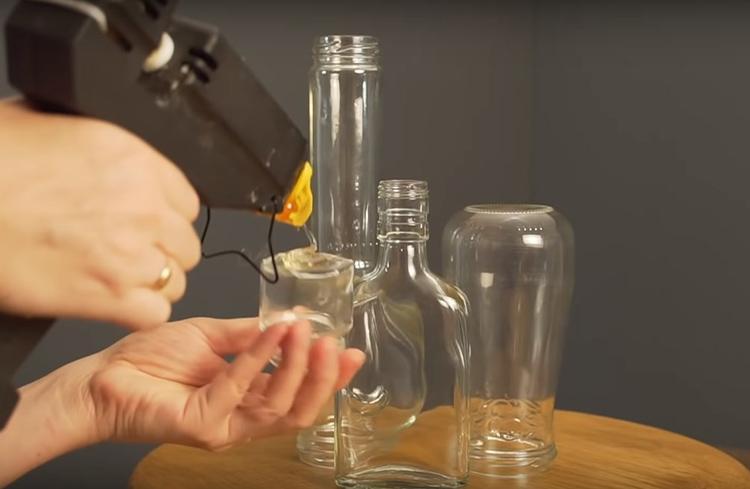 Скрепите стеклянные детали горячим клеем. Не жалейте клеевого состава, так как от прочности соединения будет зависеть судьба всей конструкции