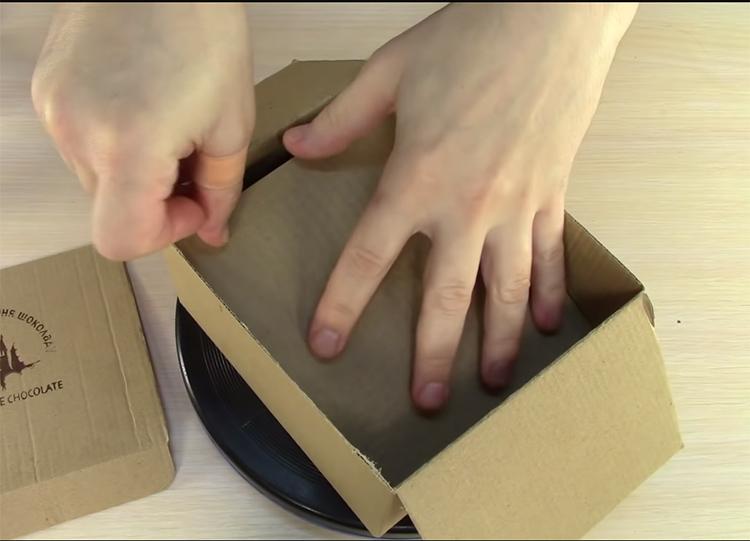 Уплотните дно будущей шкатулки дополнительным слоем картона. Закрепите его на клей