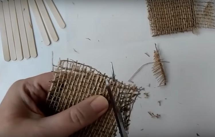 Когда клей застынет, все выступающие части джута нужно обрезать по контуру заготовки