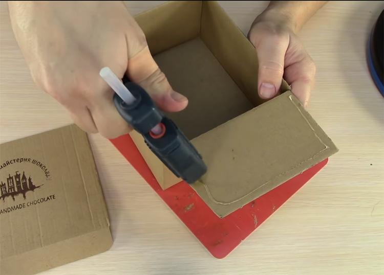 Заверните внутрь и закрепите на клей боковые части коробки. Они укрепят стенки