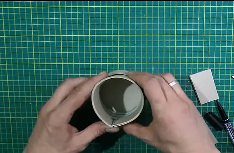 Чтобы крышка плотно держалась на шкатулке, потребуется сделать вкладыш из картона. Отрежьте полосу длиной, равной окружности и шириной на 1 см шире втулки. Вложите полоску внутрь и закрепите клеем так, чтобы край торчал снаружи