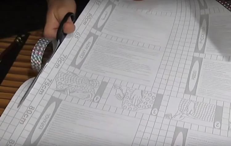 Для оформления шкатулки используйте самоклейку с ярким рисунком, можно с металлизированной поверхностью