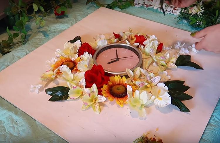 Закрепите часы центре листа. Не забудьте сделать отверстие для механизма с батарейкой, чтобы менять источник питания время от времени