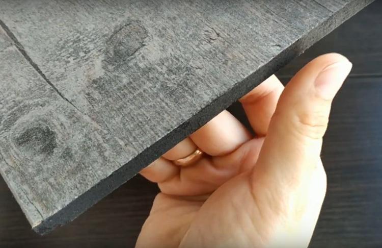 Чтобы скрыть этот неприглядный край, подберите акриловую краску и колер, который будет максимально приближен к цвету вашего ламината. Просто прокрасьте край и подождите, пока он просохнет. После этого ваша площадка будет готова к дальнейшему оформлению
