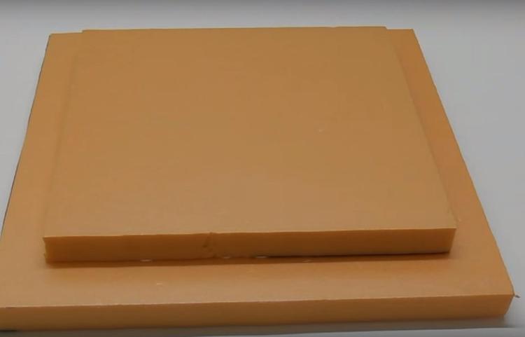 Деталь меньшего размера наклейте на большой прямоугольник – это будет дверца