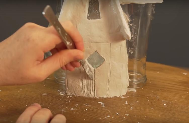 Сразу по ходу нанесения поверхностного слоя формируйте борозды для имитации древесины. Это можно делать обычным стеком, скальпелем и ножом