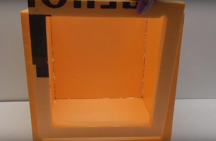 Рамку зафиксируйте в одной из сторон короба с помощью клея и саморезов