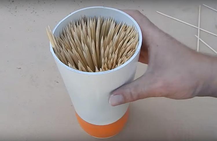 Чтобы заполнить органайзер, потребуется около 3 упаковок палочек. Постарайтесь плотно заполнить всё свободное пространство, так ножи займут самое устойчивое положение