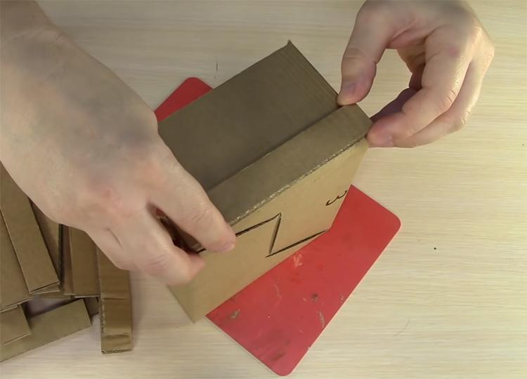 С помощью горячего клея закрепите полоски на боковых стенках заготовки. Располагайте их ровно и с равным промежутком